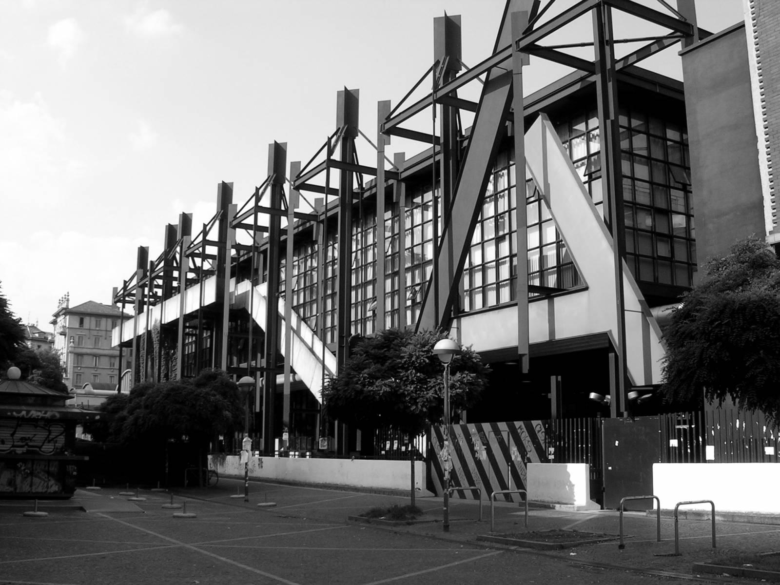 A milano si cammina in cerca di architetture for L architettura moderna