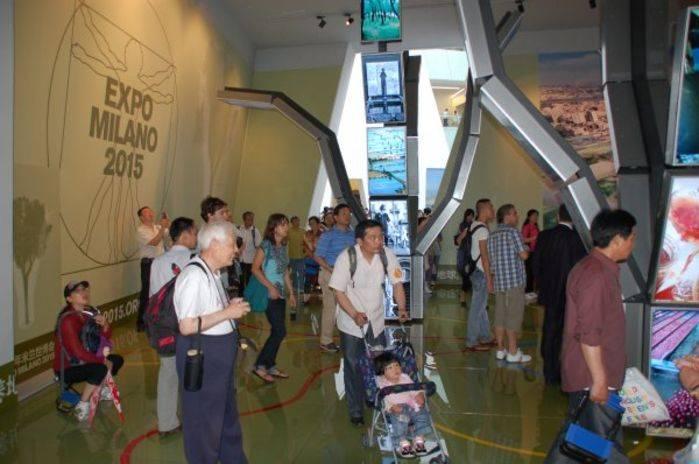 Visitatori nel padiglione di Milano 2015 all'Expo 2010 di Shanghai.