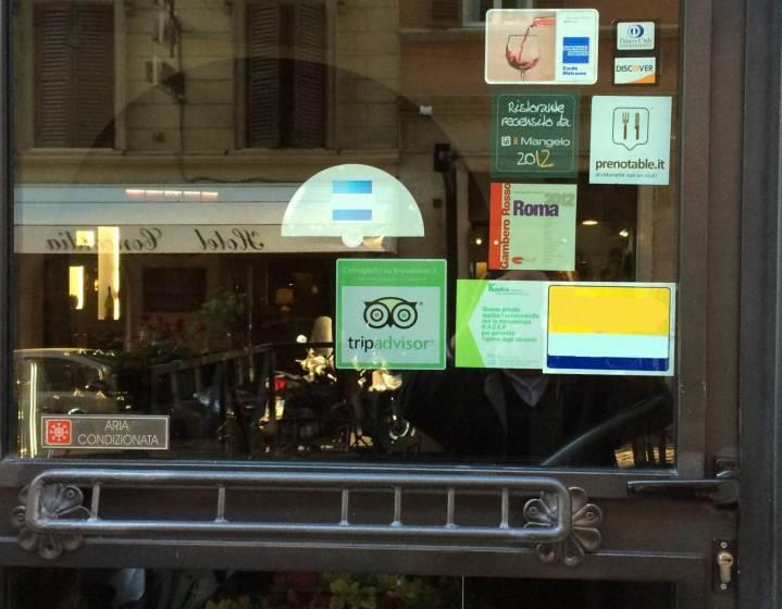Marchio TripAdvisor sulla porta di un ristorante