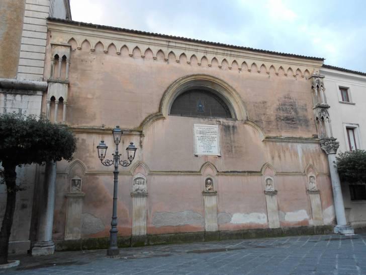 parte posteriore della cattedrale S.Maria Maggiore, con uno dei reperti romani incastonati sulla parete