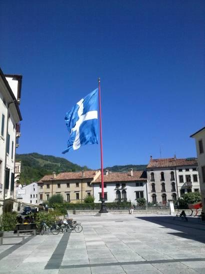 Il cielo di Serravalle e la sua bandiera