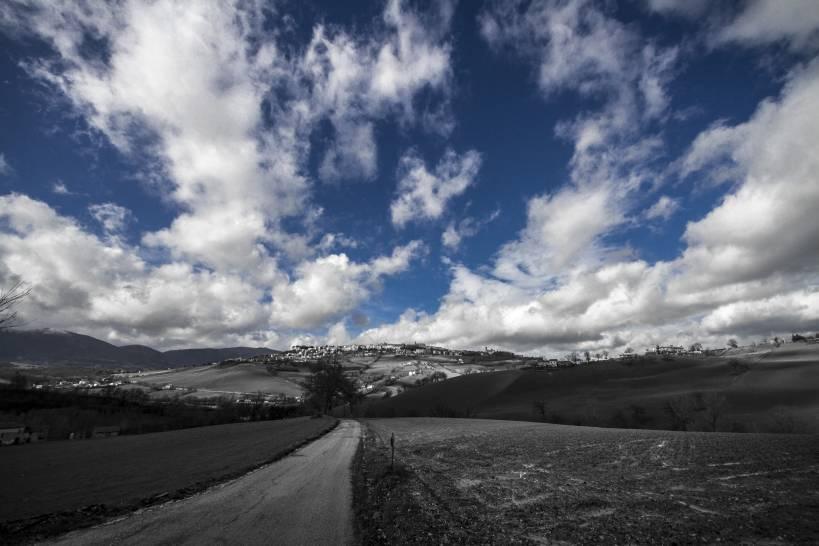 Grande il cielo azzurro sulla città di Camerino.