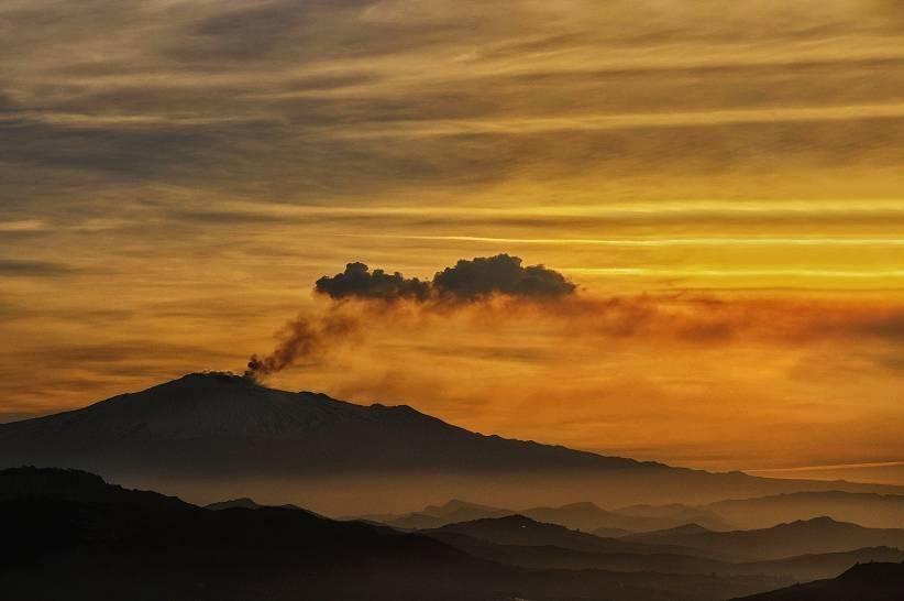 Sua Maestà l'Etna all'alba sotto un cielo di primavera sicula