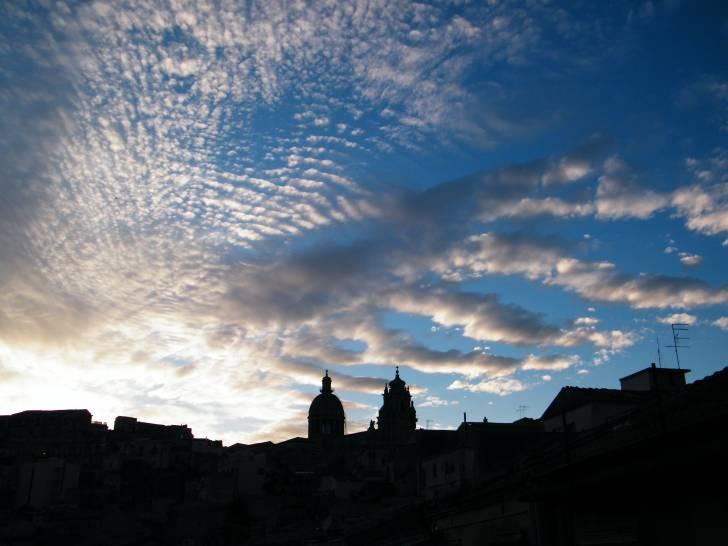 Ibla sotto un cielo a pecorelle