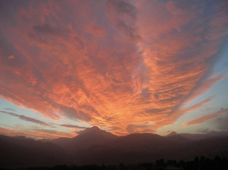 Tramonto infuocato sulle Alpi Apuane