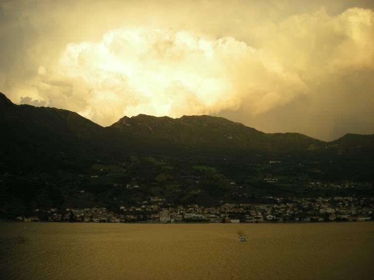 Esplosione di luce nel cielo del Lago d'Iseo