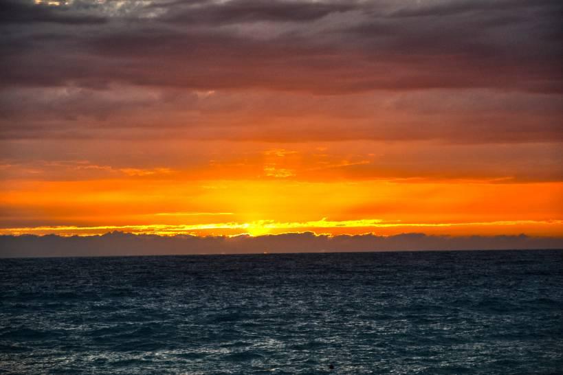 Esplosione di colori caldi e freddi al tramonto