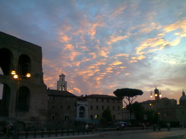 Sta scendendo la notte sopra i cieli di Roma