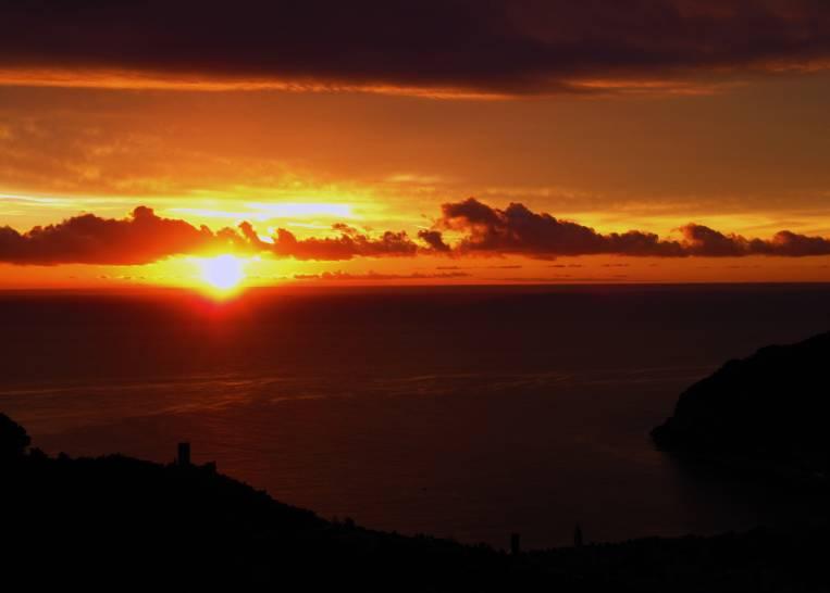 Il golfo di Noli saluta il nuovo giorno