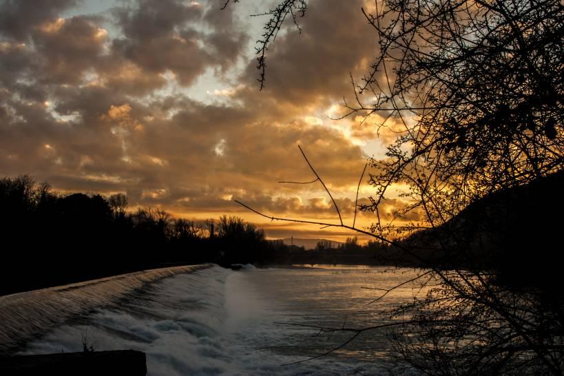 Solo il fiume non tramonta.