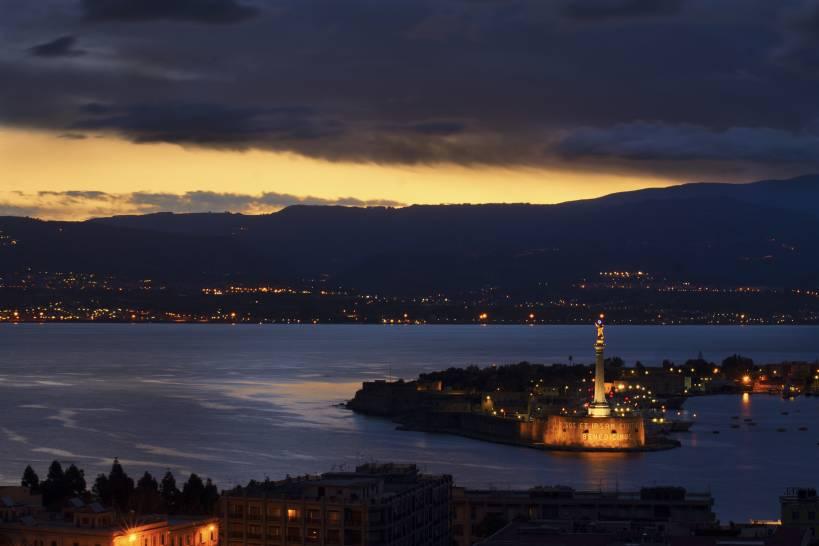 All'alba sullo Stretto (Messina)