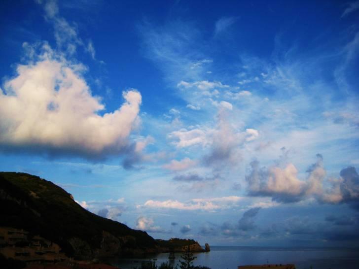 Giglio e nuvole