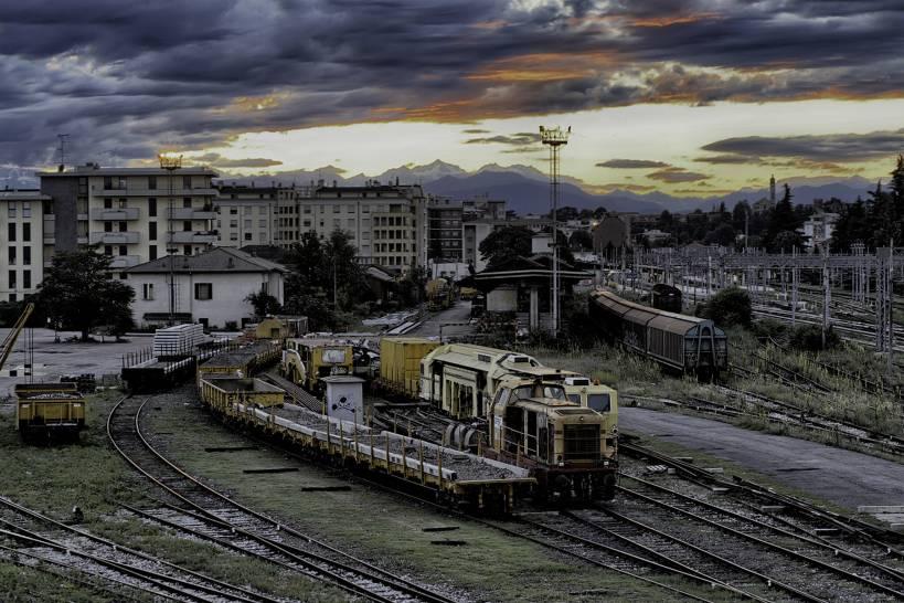 cielo sopra i treni in parcheggio a Gallarate