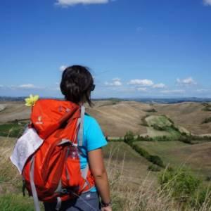 Via Francigena in Toscana e altri viaggi a piedi: le proposte del Touring