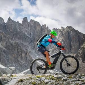 In bicicletta ai piedi del ghiacciaio Presena, tra Lombardia e Trentino