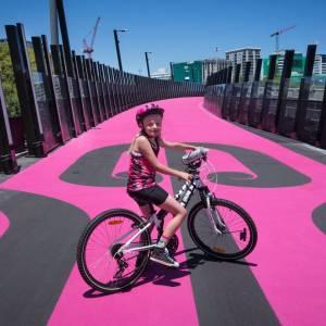 Rosa e illuminata a led: è la ciclabile più bella del mondo?