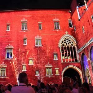 Ad Avignone, in Provenza, un fantastico spettacolo di luci e suoni