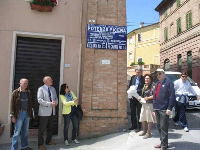 Le autorità comunali di Potenza Picena all'inaugurazione della targa Tci