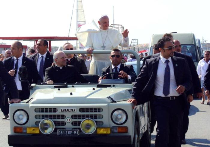 Papa Francesco sulla Campagnola, a Lampedusa. (ph Andrea Campanelli/Fotogramma)