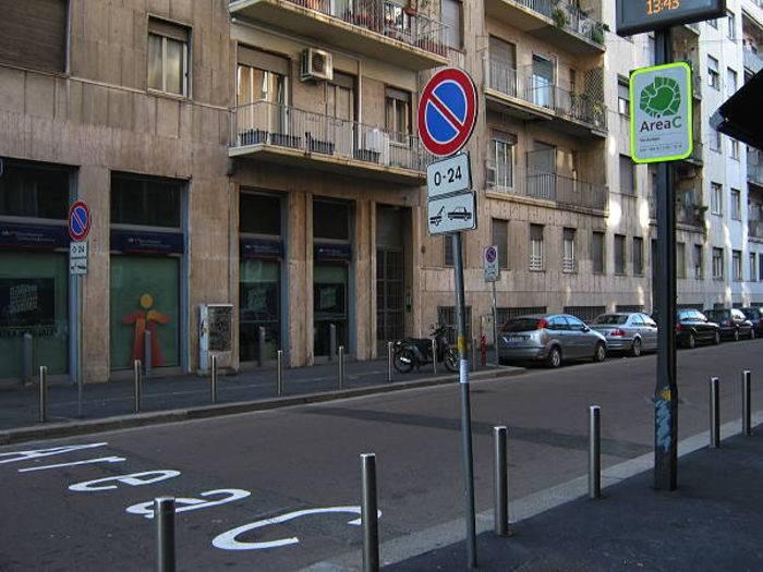 Un varco d'ingresso con la scritta sull'asfalto e il cartello. © P. Carlesi