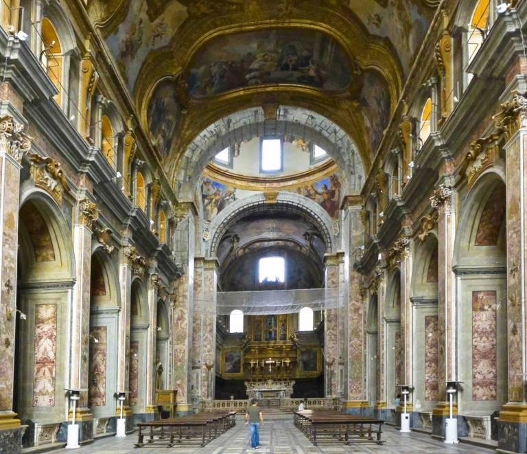Interno della chiesa dei Ss. Severino e Sossio a Napoli.