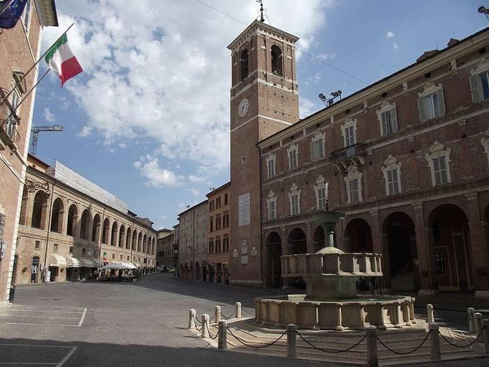 Fabriano (An), piazza del Comune