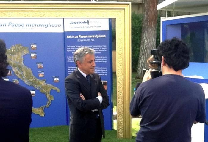 Giovanni Castellucci, ad di Autostrade, mentre presenta Sei in un Paese meraviglioso.