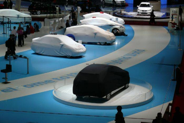 Parata di ibride, ancora accuratamente coperte, sullo stand Toyota.