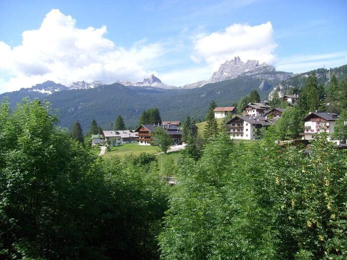 La conca di Cortina circondata dalle Dolomiti d'Ampezzo