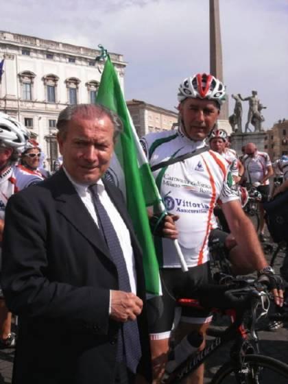 Il presidente Tci con un partecipante alla Carovana.