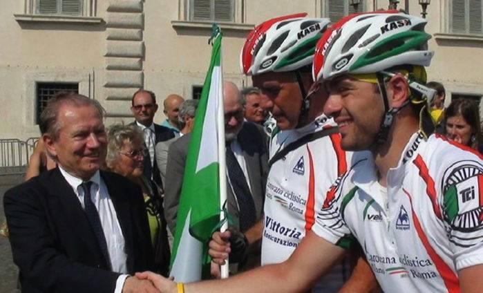 Il saluto ai pedalatori del presidente Iseppi.