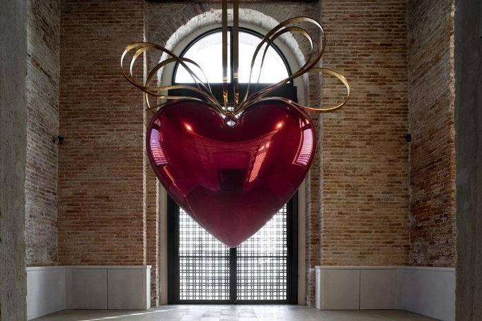 Punta della dogana: Hanging Heart, Jeff Koons 1994-2006