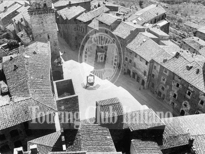 Piazza della Cisterna a San Gimignano (Siena). 1954, Archivio Tci