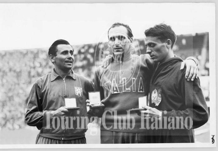 Pino Dordoni vince l'Oro realizzando il primato olimpico della 50km di marcia alle Olimpiadi di Helsinki. 1952, Archivio Tci