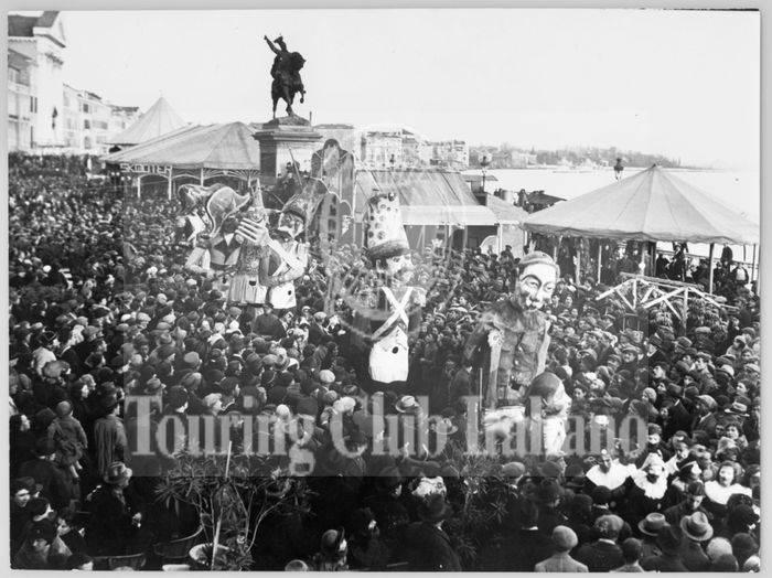 Carnevale sulla riva degli Schiavoni. 1930, Archivio Tci