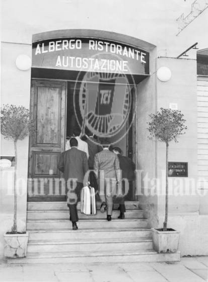 L'ingresso dell'Albergo Ristorante Autostazione di Arezzo. 1960, Archivio Tci