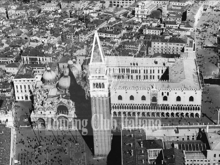 Veduta aerea del Palazzo Ducale e del campanile di San Marco. 1962, Archivio Tci