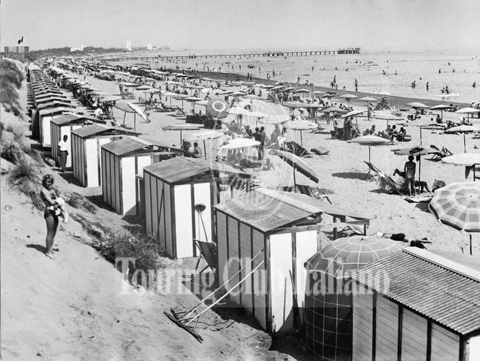 Le strutture balneari della spiaggia di Lignano Sabbiadoro (Udine). 1965, Archivio Tci