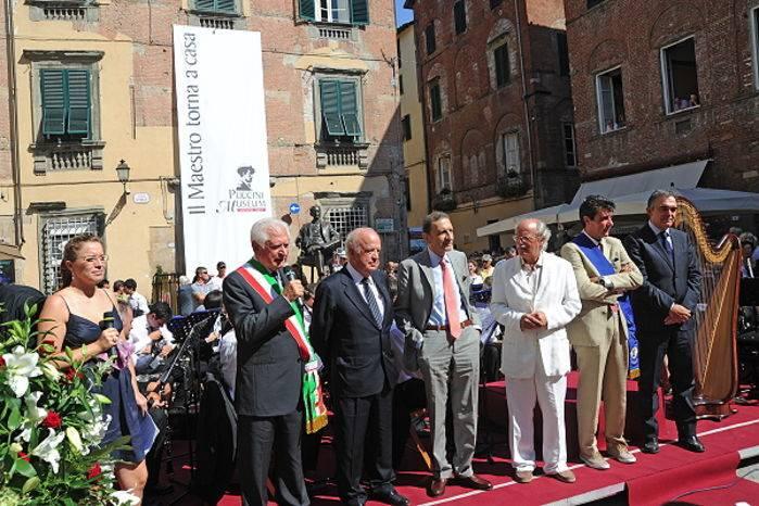 Le autorità e, sullo sfondo, casa Puccini.