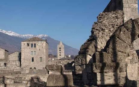 Suggestioni ad Aosta, con il teatro romano illuminato in notturna