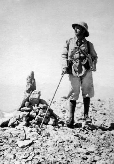 Ardito Desio sulla vetta dello Zardeh Kuh, Persia, 1933.