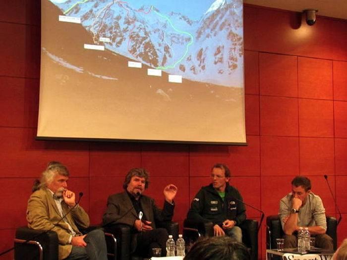 Reinhold Messner con Simone Moro e Denis Urubko alla conferenza stampa del 20 dicembre 2011 al Corriere della Sera