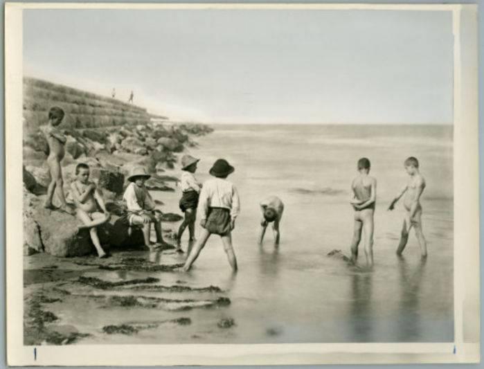 1870: Venezia, ragazzi sui Murazzi a Pellestrina © Archivio Tci