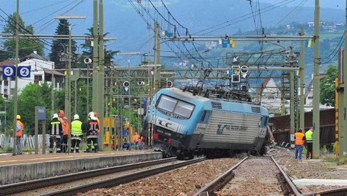 Il locomotore del treno deragliato a Bressanone.