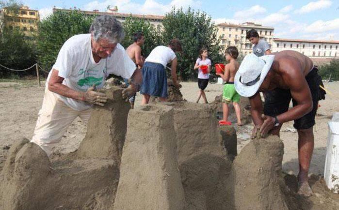 Castelli di sabbia a Firenze sull'Arno