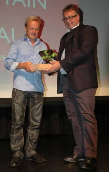 Il sindaco di Pontresina premia il vincitore assoluta, il regista Gerald Salmina