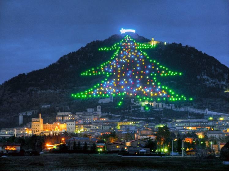 Albero Di Natale Gubbio.A Gubbio L Albero Di Natale Piu Grande Del Mondo