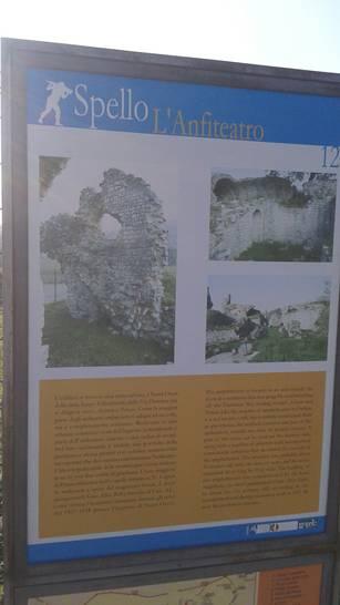 Cartello dell'anfiteatro di Spello