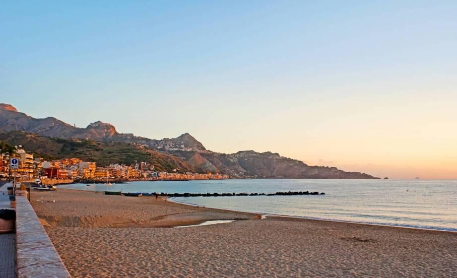 Otto spiagge per bambini in sicilia: la spiaggia di giardini naxos