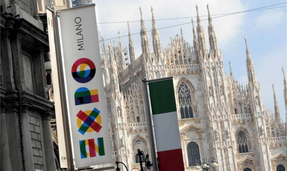 Il Duomo di Milano e i vessilli di Expo 2015